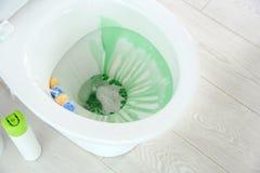 Ceramiczny toaletowy puchar z detergentem zdjęcia stock