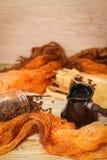 Ceramiczny turek, szalik, szklany słój, ciastka, cynamonowi kije i rozpraszać kawowe fasole na rocznika drewnianym stole, Odgórny obraz stock