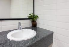Ceramiczny zlew, Nowożytny washbasin łazienki lustro, wewnętrzny projekt Obraz Royalty Free