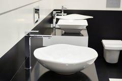 Ceramiczny zlew z faucets zdjęcie royalty free