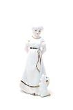 Ceramisch die beeldje van meisje met hond op wit wordt geïsoleerd stock afbeelding