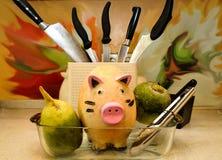 Ceramisch die varken in een dienblad voor het braden, door groenten wordt omringd stock fotografie