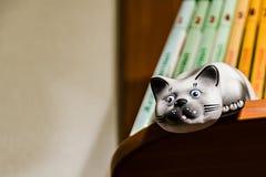 Ceramisch kattenstandbeeld stock foto