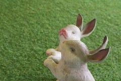 Ceramisch konijn en kunstmatige Gras groene kleur Stock Afbeeldingen