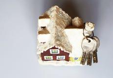 Ceramisch stuk speelgoed huis met sleutels stock afbeelding
