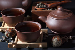 Ceramisch theestel met groene thee dichte omhooggaand Stock Afbeeldingen
