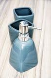 Ceramische die flessen voor vloeibare zeep worden geplaatst Royalty-vrije Stock Foto