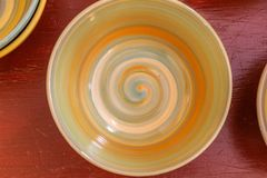 Ceramische die kom met kleurrijke spiraal wordt geschilderd stock foto's