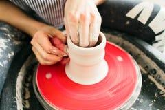 Ceramische die mok op een wiel van de Pottenbakker in de workshop wordt gemaakt royalty-vrije stock foto's