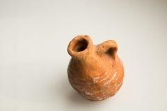 Ceramische die waterkruik door een jong geitje wordt gemaakt Stock Foto's