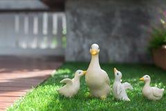 Ceramische eenden op groen gras Royalty-vrije Stock Foto