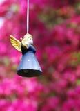 Ceramische engel op roze achtergrond Royalty-vrije Stock Afbeelding