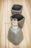 Ceramische flessen die voor vloeibare zeep, toiletreeks worden geplaatst Stock Fotografie