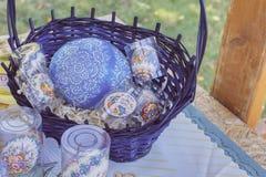 Ceramische getoonde schotels, ontbijtreeksen stock foto