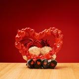 Ceramische jongen en meisjescijfers die een hartvorm houden Royalty-vrije Stock Afbeelding