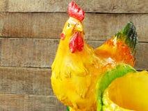 Ceramische kippen dichte omhooggaand op houten achtergrond royalty-vrije stock afbeelding