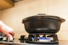 Ceramische kleipot op gasbrand geproduceerd fornuis stock foto's