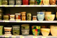 Ceramische kommen in supermarkt stock afbeeldingen
