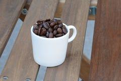 Ceramische kop koffiebonen Royalty-vrije Stock Afbeelding