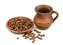 Ceramische kop koffiebonen stock foto's
