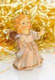 Ceramische meisje-engel met gouden klatergoud. Stock Foto