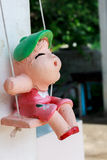 Ceramische meisjespop en onduidelijk beeldachtergrond Stock Foto