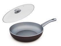 Ceramische pan met open glasdeksel Stock Foto's