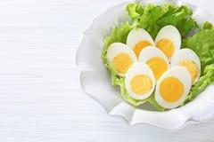 Ceramische plaat met gesneden harde gekookte eieren Royalty-vrije Stock Foto