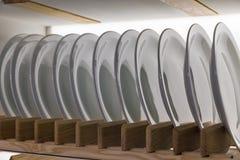 Ceramische platen op houten plankenclose-up Royalty-vrije Stock Foto's