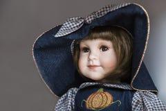 Ceramische porselein met de hand gemaakte pop met grote blauwe hoed royalty-vrije stock foto