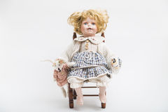 Ceramische porselein met de hand gemaakte pop met grote blauwe ogen en krullend blond haar royalty-vrije stock foto
