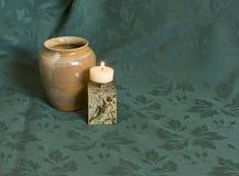 Ceramische pot en kandelaar op groen Stock Fotografie
