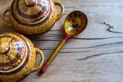 Ceramische potten, houten lepel Royalty-vrije Stock Afbeelding