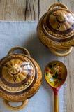 Ceramische potten, houten lepel Stock Afbeelding