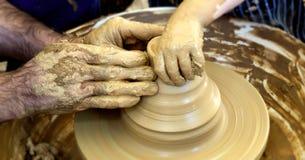 Ceramische pottenbakkershanden stock afbeelding