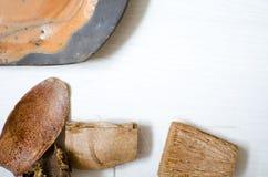 Ceramische reeks schotels en koppen Decoratieve potteri op houten Royalty-vrije Stock Foto