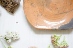 Ceramische reeks schotels en koppen Decoratieve potteri op houten Stock Afbeelding