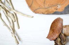 Ceramische reeks schotels en koppen Decoratieve potteri op houten Stock Fotografie