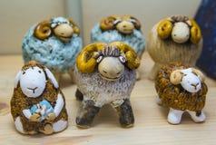 Ceramische schapen - symbolen van het nieuwe jaar Stock Foto's