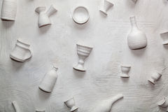 Ceramische schotels als achtergrond op de muur Royalty-vrije Stock Foto's