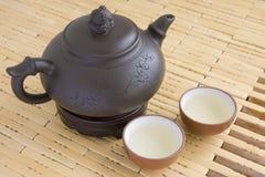 Ceramische theepot met twee koppen Stock Afbeeldingen