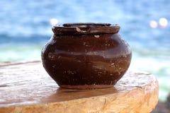 Ceramische vaas op een lijst stock foto's