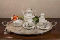 Ceramische vastgestelde thee en gekleurde bloemen Stock Afbeeldingen