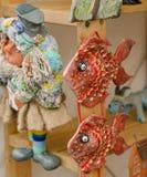 Ceramische vissen bij de markt royalty-vrije stock afbeeldingen