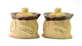 Ceramische zout en peperschudbeker op witte achtergrond Royalty-vrije Stock Foto
