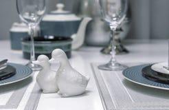 Ceramische zoute schudbekers in de vorm van eenden binnen een moderne eetkamer royalty-vrije stock afbeelding