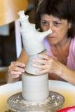 Ceramist die een product op de draaibank creëren Stock Fotografie