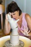Ceramist die een product op de draaibank creëren Royalty-vrije Stock Afbeeldingen