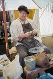 Ceramist (pottenbakker) op de middeleeuwse markt Stock Fotografie