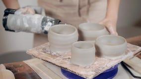 Ceramist que trabalha com cerâmica na oficina filme